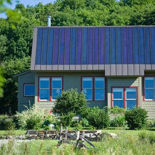 Неиссякаемый источник вдохновения для домашнего уюта: деревянный, одноэтажный, зеленый дом среднего размера в стиле рустика с вальмовой крышей, металлической крышей и синей крышей
