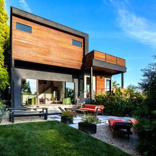 ロサンゼルスの中くらいのモダンスタイルのおしゃれな家の外観 (木材サイディング、マルチカラーの外壁、緑化屋根) の写真
