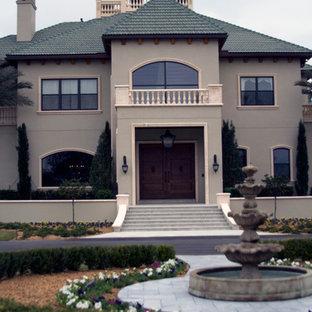 Ejemplo de fachada verde, mediterránea, grande, de dos plantas, con revestimiento de estuco