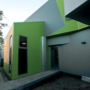 Diseño de fachada gris, urbana, pequeña, a niveles, con revestimiento de aglomerado de cemento
