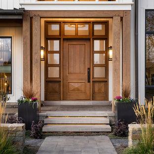 Пример оригинального дизайна: огромный, двухэтажный, деревянный, белый частный загородный дом в стиле кантри с двускатной крышей и крышей из гибкой черепицы