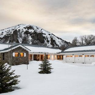 Zweistöckiges, Weißes Landhausstil Haus mit Mix-Fassade, Satteldach und Blechdach in Salt Lake City