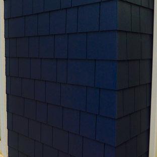 他の地域の中くらいのトラディショナルスタイルのおしゃれな家の外観 (コンクリート繊維板サイディング、青い外壁) の写真