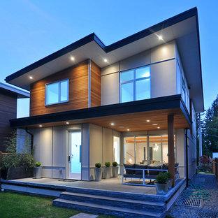 Foto de fachada de casa multicolor, moderna, de tamaño medio, de dos plantas, con revestimientos combinados y tejado de un solo tendido