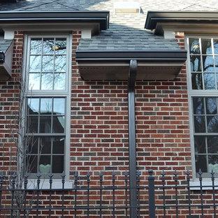 Inspiration för mellanstora klassiska röda hus, med två våningar, tegel, sadeltak och tak i shingel