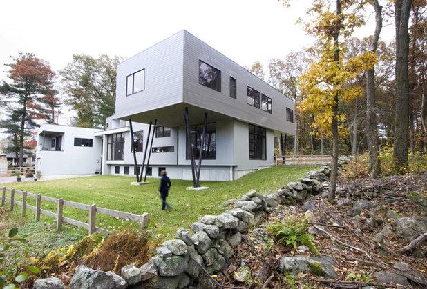 Современный Фасад дома by Chang + Sylligardos Architects