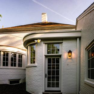 ワシントンD.C.の中くらいのおしゃれな家の外観 (塗装レンガ) の写真