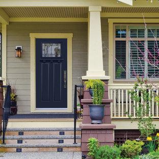 Imagen de fachada gris, ecléctica, grande, de dos plantas, con revestimiento de vinilo