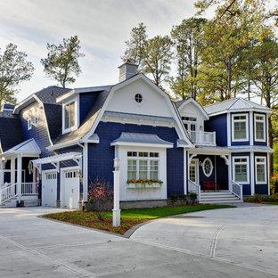 Ejemplo de fachada costera con revestimiento de madera y tejado a doble faldón