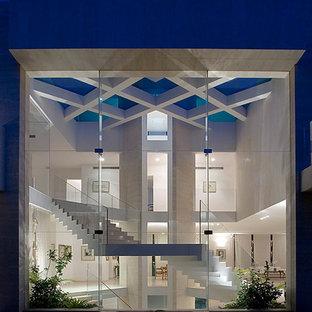 Свежая идея для дизайна: большой, двухэтажный, стеклянный дом в современном стиле - отличное фото интерьера