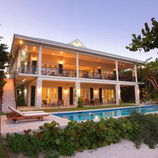 Modelo de fachada de casa pareada beige, costera, extra grande, de dos plantas, con revestimientos combinados, tejado a cuatro aguas y tejado de varios materiales