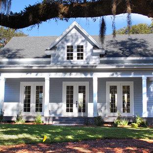 Diseño de fachada azul, bohemia, de tamaño medio, de una planta, con revestimientos combinados y tejado a doble faldón