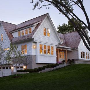 Foto della facciata di una casa contemporanea con rivestimento in legno