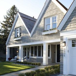 Idée de décoration pour une grand façade en bois grise victorienne à un étage avec un toit à deux pans.