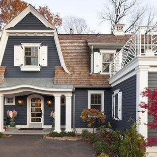 Bild på ett vintage grått hus, med två våningar