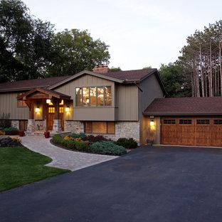 Пример оригинального дизайна: маленький, деревянный дом в классическом стиле с разными уровнями и двускатной крышей