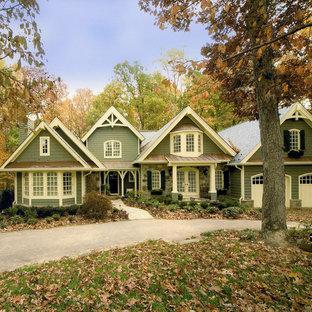 Exempel på ett stort klassiskt grönt hus, med två våningar, sadeltak och tak i shingel