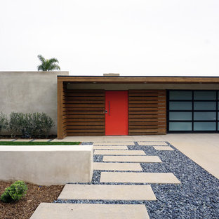 Esempio della facciata di una casa beige moderna a un piano di medie dimensioni con rivestimenti misti e tetto piano