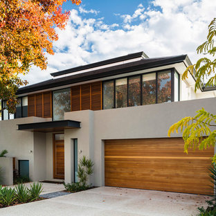 Идея дизайна: большой, двухэтажный, серый дом в современном стиле с облицовкой из бетона