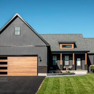 Свежая идея для дизайна: большой, одноэтажный, черный частный загородный дом в скандинавском стиле с облицовкой из винила, двускатной крышей и крышей из гибкой черепицы - отличное фото интерьера