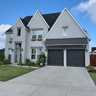 Свежая идея для дизайна: двухэтажный дом в стиле шебби-шик - отличное фото интерьера