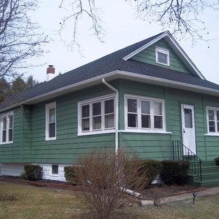 Inredning av ett shabby chic-inspirerat litet grönt hus, med två våningar, metallfasad och sadeltak