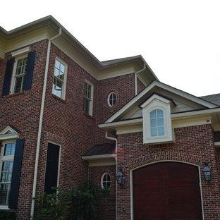 Diseño de fachada de casa roja, tradicional, grande, de tres plantas, con revestimiento de ladrillo, tejado a dos aguas y tejado de teja de barro