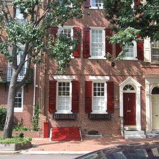 フィラデルフィアの中くらいのトラディショナルスタイルのおしゃれな三階建ての家 (レンガサイディング、赤い外壁、タウンハウス) の写真