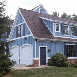グランドラピッズのカントリー風おしゃれな家の外観 (木材サイディング、青い外壁) の写真