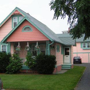 Idee per la facciata di una casa piccola rosa vittoriana a due piani con rivestimenti misti e tetto a capanna