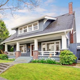 Idéer för ett amerikanskt grått hus, med två våningar och tak i shingel