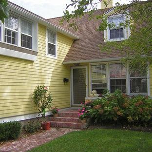 フィラデルフィアの中くらいのシャビーシック調のおしゃれな家の外観 (木材サイディング、黄色い外壁) の写真