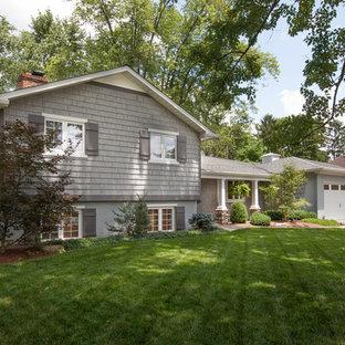 Источник вдохновения для домашнего уюта: серый дом среднего размера в классическом стиле с разными уровнями и облицовкой из винила