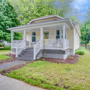 グランドラピッズのトラディショナルスタイルのおしゃれな家の外観 (木材サイディング、黄色い外壁、アパート・マンション) の写真