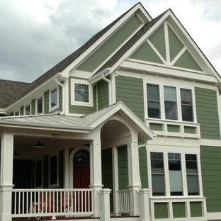 Imagen de fachada de casa verde, clásica, de tamaño medio, de dos plantas, con revestimiento de aglomerado de cemento, tejado a dos aguas y tejado de varios materiales