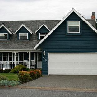 Inspiration för ett mellanstort amerikanskt blått hus, med två våningar, vinylfasad och sadeltak