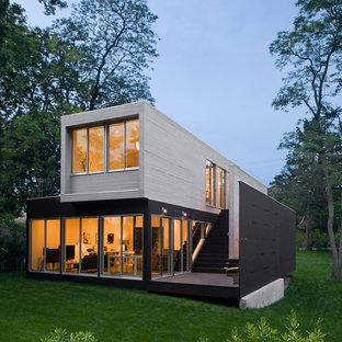 Ejemplo de fachada negra, moderna, de dos plantas, con tejado plano