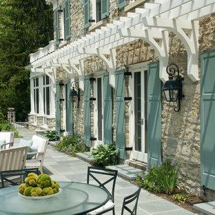 Идея дизайна: дом в классическом стиле с облицовкой из камня