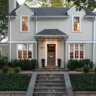 Cette image montre une façade de maison grise traditionnelle.