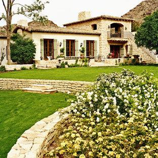 フェニックスの地中海スタイルのおしゃれな二階建ての家の写真