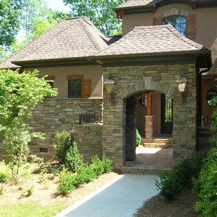 Exemple d'une grand façade en pierre beige craftsman à deux étages et plus.