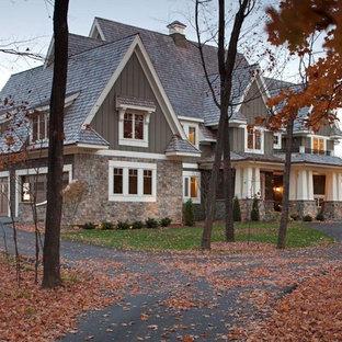 Ejemplo de fachada de estilo americano con revestimiento de madera