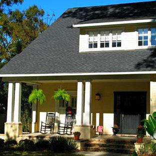 マイアミの小さいトラディショナルスタイルのおしゃれな家の外観 (木材サイディング、黄色い外壁) の写真
