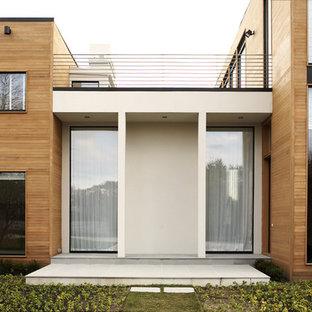 Ispirazione per la facciata di una casa moderna con rivestimento in legno