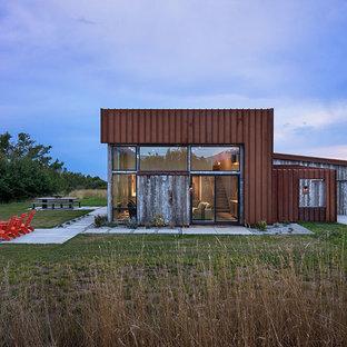 Ejemplo de fachada de casa gris, moderna, de tamaño medio, de dos plantas, con tejado de un solo tendido, tejado de metal y revestimientos combinados