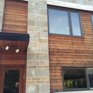 Ispirazione per la facciata di una casa marrone moderna a due piani di medie dimensioni con rivestimento in legno
