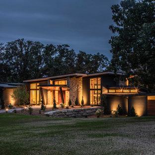 Foto på ett stort funkis flerfärgat hus, med tre eller fler plan, blandad fasad, platt tak och tak i mixade material