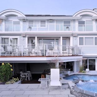Cette photo montre une grand façade de maison bleue tendance à deux étages et plus avec un revêtement en vinyle.