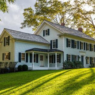 Diseño de fachada de casa verde, tradicional, de dos plantas, con tejado a dos aguas y tejado de teja de madera