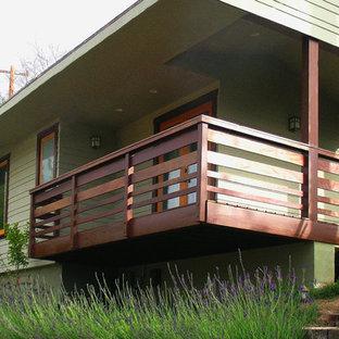 Imagen de fachada verde, bohemia, grande, de una planta, con revestimiento de madera